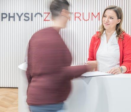 Patientin wird von Praxisassistentin betreut-Praxis PHYSIOZENTRUM Oerlikon