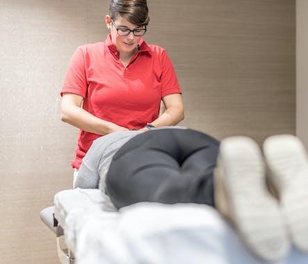 Therapeutin behandelt Patient-Praxis PHYSIOZENTRUM Oerlikon